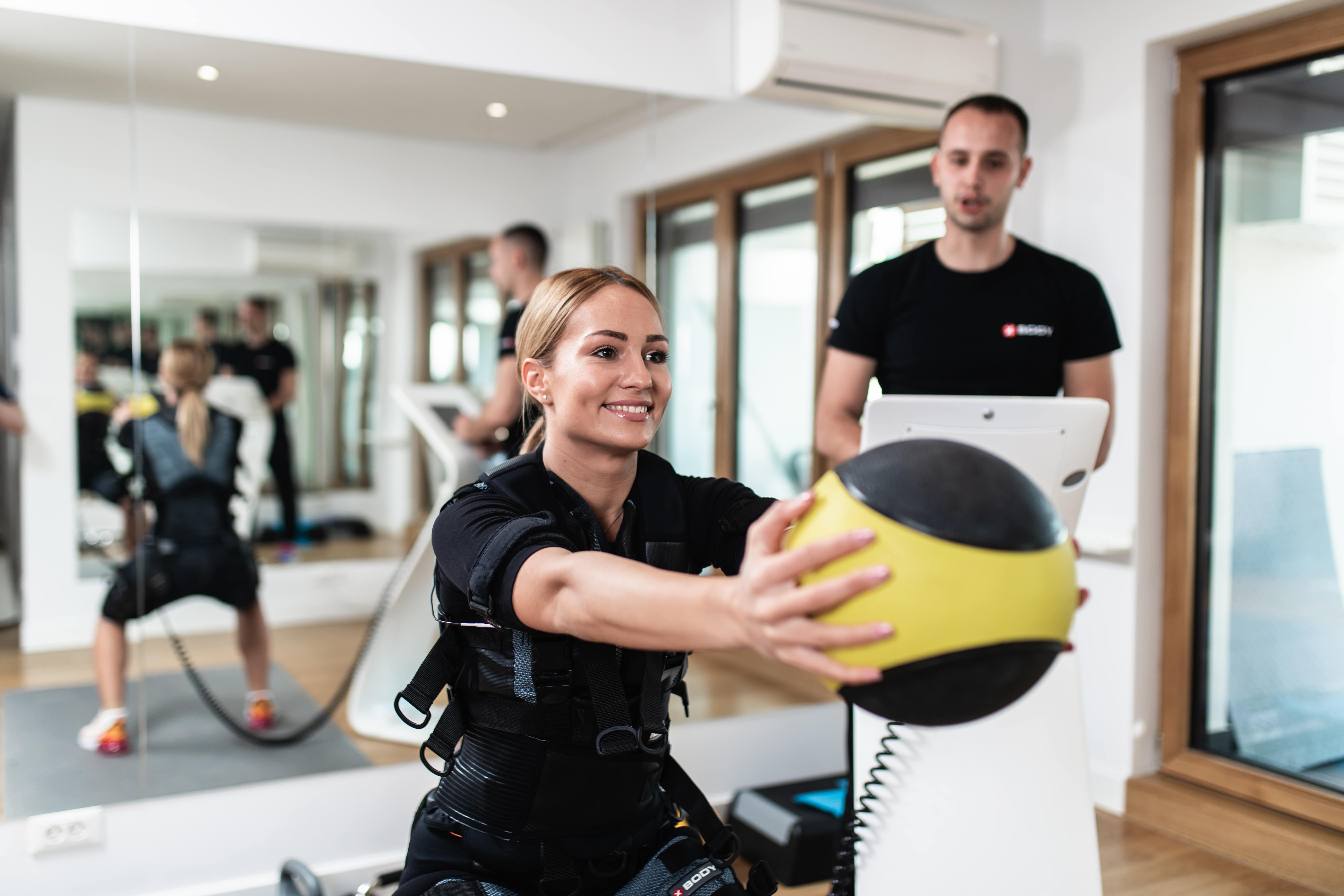 EMS_training_girl_ball